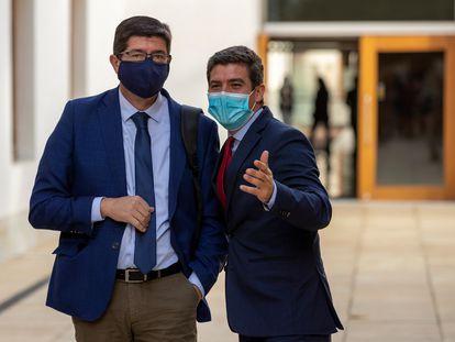 El vicepresidente del Gobierno andaluz, Juan Marín (izquierda), y el entonces portavoz del grupo parlamentario de Ciudadanos, Sergio Romero, en el Parlamento de Andalucía en Sevilla, el pasado octubre.