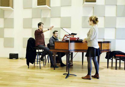 Jaroussky da indicaciones a una de sus alumnas de canto.