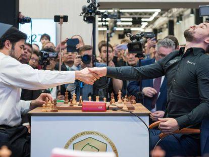 Magnus Carlsen, a la derecha, en el momento de la rendición de Hikaru Nakamura tras dos partidas desempate