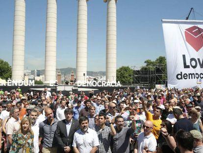Puigdemont y Guardiola, junto a los líderes de las entidades soberanistas.