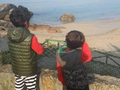 Sami, izquierda, junto a su hermano pequeño Simón, derecha.