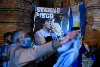 """Seguidores de Maradona, este jueves en en Barcelona ante una bandera argentina y una pancarta con el lema de """"Eterno Diego""""."""