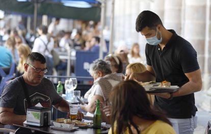 Un camarero atiende una terraza en Bilbao.