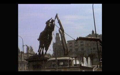 Captura de una imagen del documental durante el desmantelamiento de la estatua de Franco en la Plaza del Ayuntamiento.