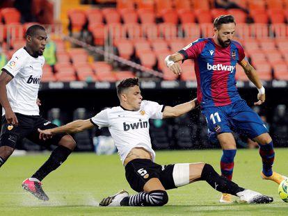 José Luis Morales tratar de regatear a Gabriel Paulista este domingo en Mestalla en el partido entre el Valencia y el Levante.