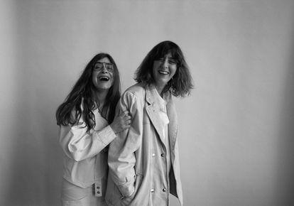 Isa calderón y Lucía Lijtmaer, las autoras del proyecto 'Deforme semanal', visten de Isabel Marant.