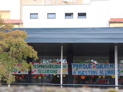 Pancartas, este miércoles, en la fachada del colegio Alba Plata de Cáceres.