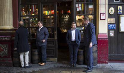 Varios empleados de la City de Londres en la entrada del pub Leadenhall Market.