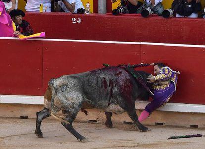 Rafaelillo, arrollado contra las tablas por un toro de Miura en Pamplona