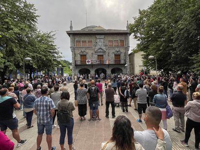 Cientos de personas se concentraron el jueves en Lemoa (Bizkaia) para condenar la agresión en grupo a Alex, el vecino que sigue en estado crítico.