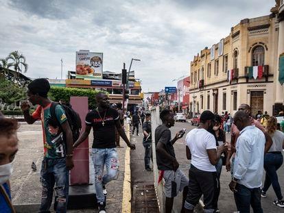 Migrantes haitianos exigen respuesta a la solicitud de asilo humanitario en la ciudad de Tapachula.