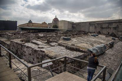 Una mujer visita los restos del Templo Mayor, en la Ciudad de México.