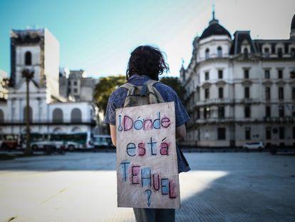 Un hombre carga un cartel en su espalda en referencia al joven desaparecido Tehuel de La Torre, durante una manifestación en abril, en Buenos Aires (Argentina).