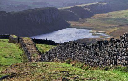 El Muro de Adriano recorre 117 kilómetros en el norte de Inglaterra.