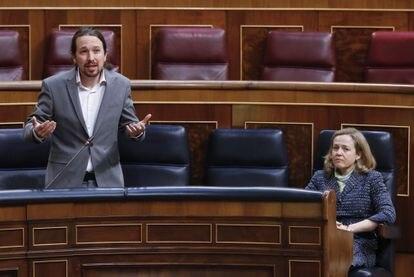 El vicepresidente Pablo Iglesias y la vicepresidenta económica Nadia Calviño, el 13 de mayo en el Congreso.