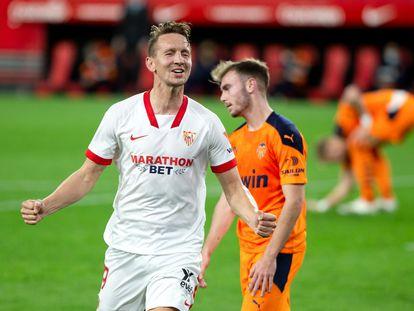 De Jong celebra su segundo gol ante el Valencia ante la desolación de Lato.