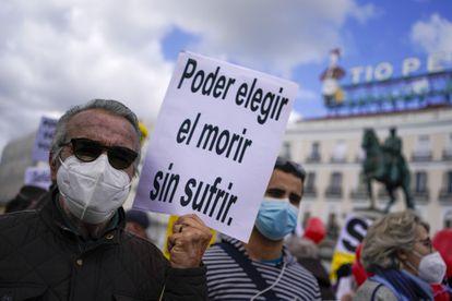 Manifestantes se concentran a favor de la aprobación de la ley de eutanasia en la Puerta del Sol en Madrid el 18 de febrero de 2021..