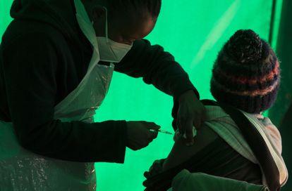 Un paciente recibe una dosis de la vacuna Pfizer en una clínica en Orange Farm, cerca de Johannesburgo, el pasado de junio de 2021.