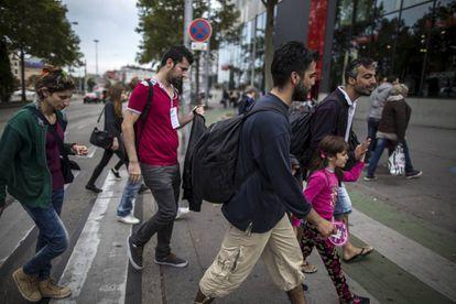 Un grupo de migrantes caminan hacia la estación de trenes de Viena, Austria, en septiembre de 2015.