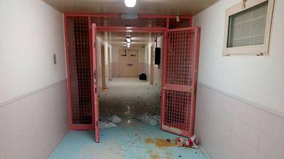 Imagen del CIE de Murcia tras la fuga de 67 inmigrantes.