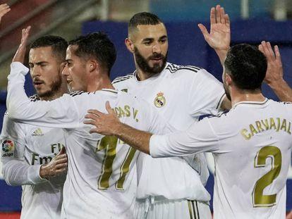 Los jugadores del Madrid celebran el tercer tanto del partido.
