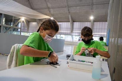 Elisa Marcos (10) y Ricardo Bote (10) trabajando con piezas de Lego en el torneo de robótica, en Cáceres.