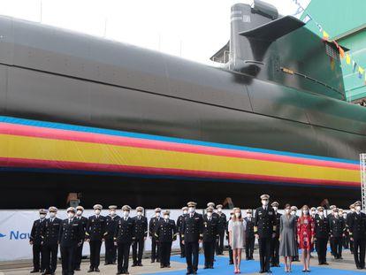 La Familia Real, acompañada de militares, durante la ceremonia de puesta a flote del submarino S-81 'Isaac Peral' este jueves en Cartagena (Murcia).
