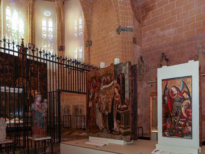Capilla del Corpus Christi de la catedral de Tarragona que robó Erik el Belga en 1980. Al fondo, las ventanas por donde entró, la reja que tuvo que serrar y en primer plano la tabla de Sant Miquel que se llevó y que luego se tuvo que comprar.