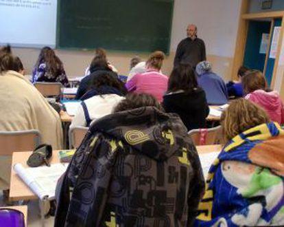 Estudiantes con mantas en un colegio de Almassora.
