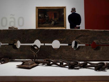 El Rijksmuseum de Ámsterdam muestra varios cepos utilizados en la época colonial para inmovilizar por los pies a los esclavos.