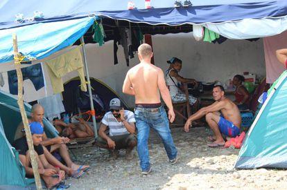 Migrantes cubanos varados en Paso Canoas.