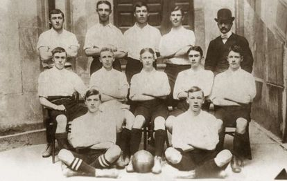 Trabajadores de la Eastern Telegraph Company e integrantes del Exiles Vigo FC en el año 1903.