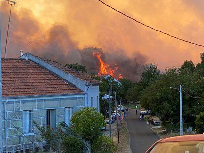 Incendio de la localidad de Monterrei (Ourense) que ha amenazado viviendas.
