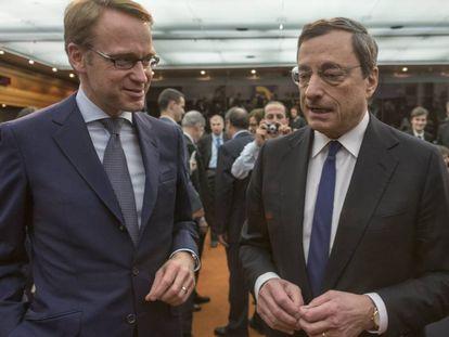 El presidente del Bundesbank, Jens Weidmann (izquierda), y su entonces homólogo en el BCE, Mario Draghi, en Fráncfort en septiembre de 2019.