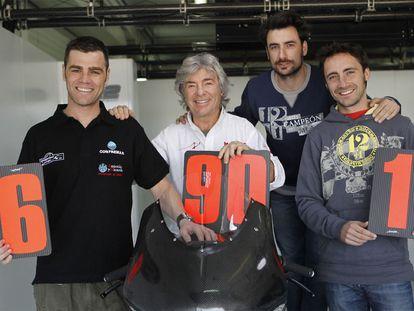 De izquierda a derecha, Fonsi, Ángel, Gelete y Pablo Nieto posan en Cheste, con carteles de sus victorias mundiales, en 2011.