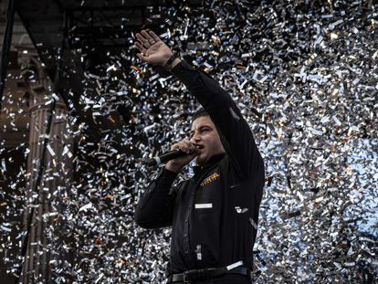Samuel García celebra su triunfo en la Macroplaza, en la ciudad de Monterrey.