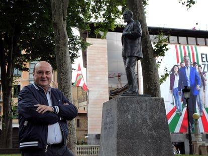 El presidente del Euzkadi Buru Batzar, Andoni Ortuzar, posa ante la estatua de Sabino Arana y la sede del PNV, la Sabin Etxea, en Bilbao el 2 de julio.
