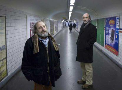 De izquierda a derecha, el poeta Francisco José Irazoki y el escritor Fernando Aramburu, en uno de los túneles del metro de París.