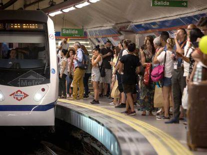 Un tren llega al andén repleto de viajeros de la estación de metro de Sol.