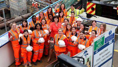 Un grupo de ingenieras celebran con la Ministra de Transporte británica, Claire Perry, el Día Nacional de la Mujer en la Ingeniería.