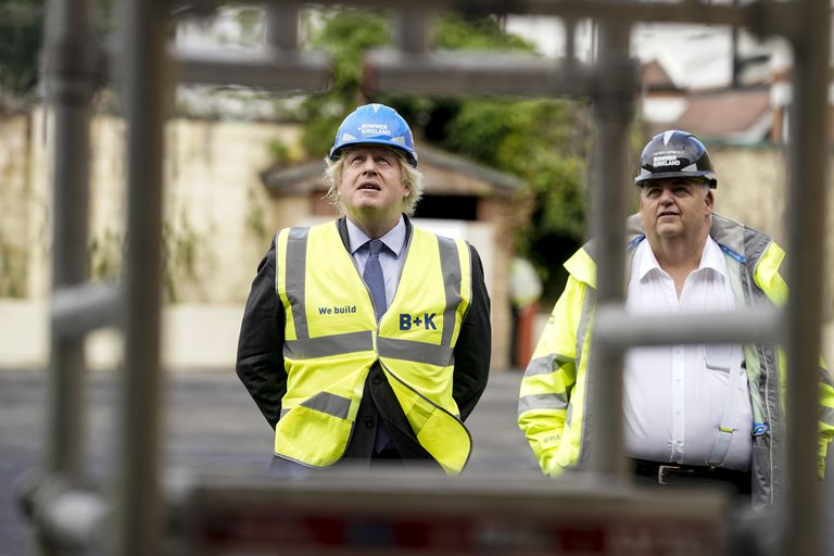 El primer ministro del Reino Unido, Boris Johnson, visita este lunes las obras de un instituto en Londres.