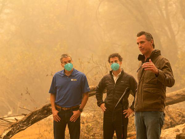 El gobernador de California, Gavin Newsom, en uno de los incendios al norte de Sacramento, el viernes.
