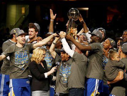 Los Warriors, con el trofeo de campeones de la NBA