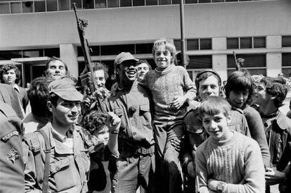 Soldados y civiles en una calle de Lisboa en abril de 1974.