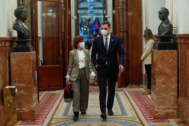 Pedro Sánchez y Carmen Calvo este miércoles a su llegada a la sesión de control en el Congreso.