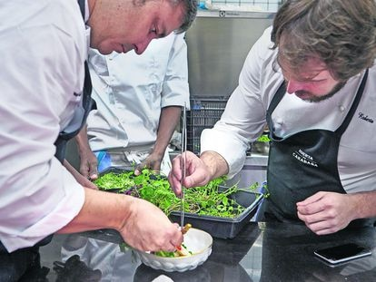 Roberto Cabrera y Ricardo Álvarez, chefs del restaurante Huerta de Carabaña, en Madrid