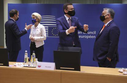 Emmanuel Macron, Ursula von der Leyen, Viktor Orban y Mateusz Morawiecki, este jueves, en Bruselas.