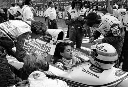 Ayrton Senna antes de empezar la carrera del Gran Premio de San Marino de 1994 donde perdió la vida tras estrellarse en la curva Tamburello durante la séptima vuelta. El piloto brasileño tenía 34 años.