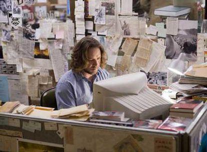 Russell Crowe, en su cubículo de trabajo en <i>La sombra del poder.</i>