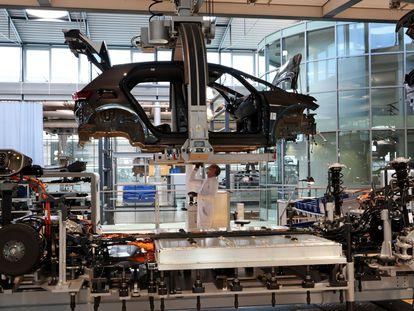 Un operario trabaja en la fábrica de Volkswagen en la ciudad de Dresde (este de Alemania).